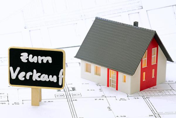 Immobilienverkauf durch einen Makler oder in Eigenregie